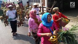 Peserta membawa sayur dan buah saat mengikuti pawai taaruf Musabaqah Tilawatil Quran (MTQ) tingkat Kota Tangerang Selatan di Alam Sutera, Serpong Utara, Senin (9/9/2019). Pawai ini dalam rangka menyukseskan MTQ yang akan berlangsung hingga 12 November. (merdeka.com/Arie Basuki)