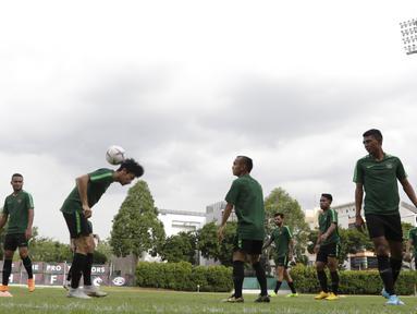 Pemain Timnas Indonesia, Gavin Kwan, mengontrol bola dengan kepala saat sesi latihan di Stadion Bishan, Singapura, Rabu (7/11). Latihan Timnas ini merupakan persiapan jelang laga melawan Singapura pada Piala AFF 2018. (Bola.com/M Iqbal Ichsan)