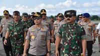 Kapolri Jenderal Tito Karnavian bersama Panglima TNI berkantor di Papua, pasca rusuh Jayapura. (Liputan6.com/Polda Papua/Katharina Janur)