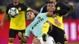 Pemain Borussia Dortmund, Manuel Akanji, berebut bola dengan striker Inter Milan, Lautaro Martinez, pada laga Liga Champions 2019 di Stadion Signal Iduna Park, Selasa 926/11). Borussia Dortmund menang 3-2 atas Inter Milan. (AP/Martin Meissner)