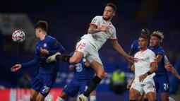 Gelandang Sevilla, Lucas Ocampos dan gelandang Chelsea, Kai Havertz berebut bola pada laga perdana Grup E Liga Champions 2020 di Stadion Stamford Bridge, Rabu (21/10/2020) dini hari WIB. Chelsea harus berbagi angka dengan tim tamu Sevilla setelah bermain imbang tanpa gol. (Adam Davy/PA, Pool via AP)