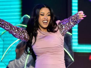 Penyanyi Cardi B saat tampil menghibur penonton di Billboard Latin Music Awards 2018 di Las Vegas (26/4). Cardi B tampil di atas panggung Billboard Latin Music Awards dalam kondisi hamil besar. (David Becker/Getty Images North America/AFP)