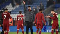 Pelatih Liverpool, Juergen Klopp, menyapa suporter usai mengalahkan Leicester pada laga Premier Laegue di Stadion King Power, Leicester, Kamis (26/12). Leicester kalah 0-4 dari Liverpool. (AFP/Oli Scarff)
