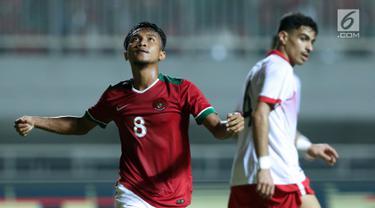 Pemain tengah Indonesia U-23, M Hargianto (kiri) meluapkan kekecewaan saat gagal mencetak gol ke gawang Bahrain pada laga PSSI Anniversary 2018 di Stadion Pakansari, Kab Bogor, Jumat (27/4). Indonesia kalah 0-1. (Liputan6.com/Helmi Fithriansyah)