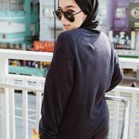 Sivia Azizah identik dengan gaya boyish-nya. Gaya boyish hijab ini sangat cocok sekali dengan Sivia. (Liputan6.com/IG/@siviazizah)