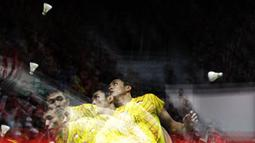 Tunggal putra Indonesia, Jonatan Christie, berusaha memukul kok saat melawan tunggal Denmark pada Indonesia Masters 2019 di Istora Senayan, Jakarta, Sabtu (26/1). Jonatan gagal ke final. (Bola.com/Yoppy Renato)