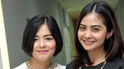 Tika dan Tiwi, mantan personil duo T2 seusai jumpa pers konser Tika Ramlan & Tiwi Sakuramoto Reunion di kawasan Mampang, Jakarta, Senin (8/6/2015). Keduanya akan kembali bersatu lewat sebuah konser reuni pada 14 Juni mendatang (Liputan6.com/Panji Diksana)