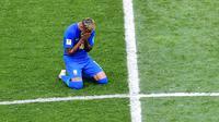 Striker Brasil, Neymar, menangis usai mengalahkan Kosta Rika pada laga grup E Piala Dunia di Stadion Krestovsky, St Petersburg, Jumat (22/6/2018). Pada laga ini Neymar berhasil mencetak gol perdana Piala Dunia 2018. (AFP/Giuseppe Cacace)