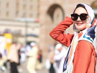 Luna Maya tampak anggun mengenakan hijab sederhana dan pakaian yang menutupi aurat. Foto tersebut diunggah sebagai sample hijab produksi Luna Habit, yang mana adalah label fashion milik Luna Maya. Seperti diketahui, Luna Maya membuka bisnis clothing line pada 2015 lalu.(Www.sulawesita.com)