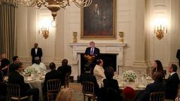 Presiden AS, Donald Trump memberikan sambutan saat acara buka puasa bersama di Ruang Makan Negara di Gedung Putih, Senin (13/5/2019). Buka bersama yang dikemas layaknya jamuan makan malam sesuai tradisi Barat itu mengundang duta besar negara-negara berpenduduk mayoritas muslim. (REUTERS/Leah Millis)