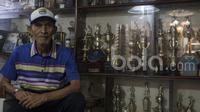 Pelatih legendaris Persib Bandung, Indra Thohir, saat berada di rumahnya di Bandung, Jawa Barat, Selasa (28/3/2017). (Bola.com/Vitalis Yogi Trisna)