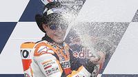 Pebalap Repsol Honda, Marc Marquez, merayakan keberhasilannya juara MotoGP Austin di Texas, Amerika Serikat, Senin (11/4/2016) dini hari WIB. Pebalap Spanyol ini juga masih memimpin klasemen sementara MotoGP. (AFP/Thomas B. Shea)