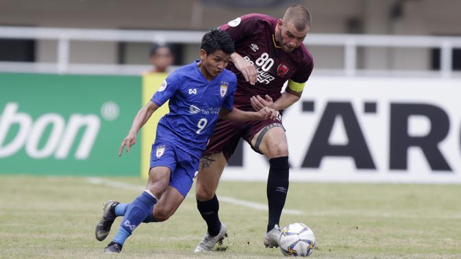 Gelandang PSM Makassar, Wiljan Pluim, berebut bola dengan striker Lao Toyota FC, Somsavath, pada laga Piala AFC 2019 di Stadion Pakansari, Bogor, Rabu (13/3). PSM menang 7-3 atas Lao. (Bola.com/M. Iqbal Ichsan)