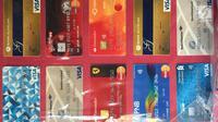 Puluhan kartu berbagai macam bank yang menjadi barang bukti kasus pemalsuan, pencurian data elektronik, dan tindak pidana pencucian uang ditampilkan di Polda Metro Jaya, Jakarta, Senin (18/12). (Liputan6.com/Immanuel Antonius)