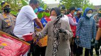 Menteri Sosial atau Mensos Tri Rismaharini menyambangi korban banjir di Dukuh Dempel Desa Kalisari Kecamatan Sayung Kabupaten Demak, Jawa Tengah. (Liputan6.com/Kusfitria Marstyasih)