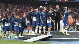 Pemain Chelsea saat menerima medali setelah pertandingan Piala Super Eropa 2019 di Besiktas Park, di Istanbul (15/8/2019). Chelsea kalah lewat adu penalti atas Liverpool 5-4 (2-2). (AFP Photo/Ozan Kose)