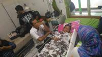 Suami korban razia berdarah baru mengetahui ada luka tembak di tubuh ibu mertuanya setelah tiba di rumah sakit. (Liputan6.com/Nefri Inge)