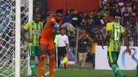 Kiper PSBS, Yusak Samuel Redjauw, bekerja keras menahan gempuran Persewar pada derbi Papua Liga 2 2019 di Stadion Untung Suropati, Kota Pasuruan, Jumat (18.7.2019). (Bola.com/Gatot Susetyo)