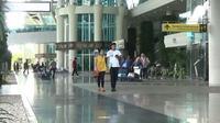 Warga negara asing melintas di Terminal Internasional Bandara Ngurah Rai, Bali, Selasa (28/11). Erupsi Gunung Agung yang masih terjadi menyebabkan Bandara Ngurah Rai ditutup 24 jam ke depan hingga 29 November 2017. (Liputan6.com/Dewi Divianta)