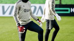 Kiper Ajax Amsterdam Andre Onana ambil bagian dalam sesi latihan jelang menjamu Real Madrid pada leg pertama babak 16 besar Liga Champions di De Toekomst di Ouder-Amstel, Amsterdam, Selasa (12/2). (Robin van Lonkhuijsen/ANP/AFP)