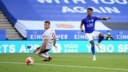 Gelandang Leicester City, Demarai Gray (kanan) mencetak gol kedua untuk timnya ke gawang Sheffield United dalam lanjutan Liga Inggris pekan ke-36 di Stadion King Power, Kamis (16/7/2020). Leicester City sukses menggulung tamunya, Sheffield United dengan skor 2-0. (Michael Regan/Pool via AP)