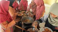 Ibu-ibu PKK desa teguhan bersemangat mengikuti pelatihan membuat nugget jagung. (foto: liputan6.com/shinta mariana/edhie prayitno ige)