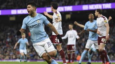 Striker Manchester City, Sergio Aguero, merayakan gol yang dicetaknya ke gawang Burnley pada laga Piala FA di Stadion Etihad, Manchester, Sabtu (6/1/2018). City menang 4-1 atas Burnley. (AFP/Oli Scarff)