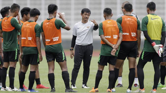 Pelatih Timnas Indonesia U-22, Indra Sjafri, memberikan instruksi kepada para pemainnya saat latihan di Stadion Madya, Jakarta, Selasa (15/1). Latihan ini merupakan persiapan jelang Piala AFF U-22. (Bola.com/Yoppy Renato)#source%3Dgooglier%2Ecom#https%3A%2F%2Fgooglier%2Ecom%2Fpage%2F%2F10000