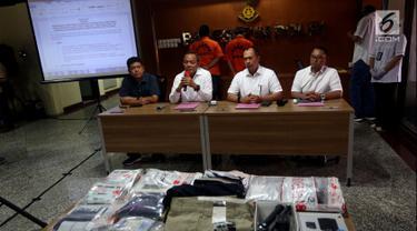 Kabareskrim Irjen Pol Areif Sulistyanto (kedua kiri) bersama Direktur Tindak Pidana Siber Bareskrim Polri Brigjen Pol Albertus Rachmad Wibowo (kedua kanan) memberi keterangan kasus pencurian data nasabah, Jakarta, Selasa (28/8). (Liputan6.com/JohanTallo)