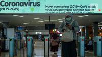 Pengguna KRL mengenakan masker saat berada di Stasiun Sudirman, Jakarta, Selasa (4/2/2020). PT Kereta Commuter Indonesia (KCI) melakukan sosialisasi tentang pencegahan penyebaran virus corona sambil membagikan masker secara gratis kepada penumpang. (merdeka.com/Imam Buhori)