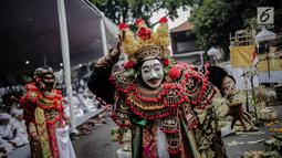 Penari menampilkan tarian sebagai bagian prosesi upacara Tawur Agung Kesanga 2019 di Pura Aditya Jaya Rawamangun, Jakarta, Rabu (6/3). Prosesi Tawur Agung merupakan rangkaian perayaan Hari Raya Nyepi Tahun Baru Saka 1941. (Liputan6.com/Faizal Fanani)