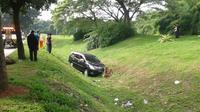 Diduga sopir megantuk, mobil pribadi terperosok ke parit sedalam 2 meter, di Bumi Serpong Damai (BSD).