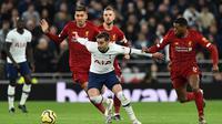 Gelandang Tottenham, Harry Winks, berusaha melewati gelandang Liverpool, Georginio Wijnaldum, pada laga Premier League di Stadion Tottenham, London, Sabtu (11/1). Tottenham kalah 0-1 dari Liverpool. (AFP/Glyn Kirk)