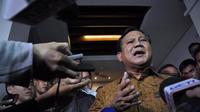 Prabowo Subianto juga melemparkan senyum kepada awak media yang telah menunggu kedatangannya, Jakarta, (10/9/14). (Liputan6.com/Miftahul Hayat)