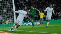 Gelandang Real Madrid, Isco melakukan selebrasi usai mencetak gol ke gawang Las Palmas pada lanjutan La Liga Spanyol di Stadion Santiago Bernabeu, Madrid (5/11). Madrid menang telak 3-0 atas Las Palmas. (AP Photo/Francisco Seco)