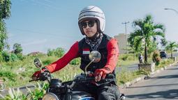 Kembali ke perjalanannya di Tanjung Pinang. Bisma kesini pun tidak hanya sendiri, namun bersama Soleh Solihun dan Isa Bajaj yang ikut mengendarai sepeda motor klasik. (Liputan6.com/IG/@sibisma)