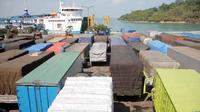 Truk mengantri masuk ke kapal di Pelabuhan Merak, Banten, Rabu (3/8). Kemacetan terjadi karena lonjakan kiriman barang untuk stok terkait larangan pengoperasian truk selama arus mudik Lebaran.(Antara)