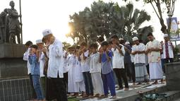 Umat muslim salat id Hari Raya Idul Fitri 1 Syawal 1439 H di kawasan Senen, Jakarta, Jumat (15/6). Setiap tahun, umat muslim antusias melaksanakan salat id dengan memadati jalan-jalan di sekitar stasiun dan pasar tersebut. (Liputan6.com/Immanuel Antonius)