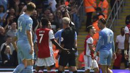 Arsenal harus menerima kenyataan pahit bermain dengan 10 orang sejak menit ke-35. Martin Atkinson mengganjar Granit Xhaka dengan kartu merah usai melakukan tekel keras dengan dua kaki ke Joao Cancelo. (Foto: AP/Rui Vieira)