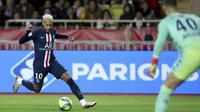Penyerang PSG, Neymar menggiring bola saat bertanding melawan AS Monaco pada pertandingan lanjutan Liga Prancis di Stadion Louis II, Monaco (15/1/2020). PSG menang telak atas Monaco 4-1. (AP Photo/Daniel Cole)