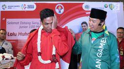 Pelari muda Indonesia, Lalu Muhammad Zohri menahan haru saat upacara penyambutan di Terminal 3 Bandara Soetta, Tangerang, Selasa (17/7). Lalu M Zohri meraih emas lari 100m putra di Kejuaraan Dunia Atletik U-20. (Liputan6.com/Helmi Fithriansyah)