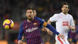 Aksi yang mega bintang, Lionel Messi pada laga lanjutan La Liga yang berlangsung di stadion Camp Nou,  Senin (14/1). Barcelona menang 1-0 atas Eibar (AFP/Lluis Gene)