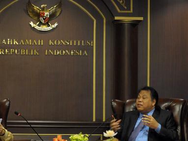 Ketua Komisi II DPR RI Rambe Kamaruzzaman (kiri) dan Ketua MK Arief Hidayat menggelar pertemuan konsultasi di Gedung MK, Jakarta, Kamis (14/4). Pertemuan itu membahas RUU Pilkada serta evaluasi pelaksanaan Pilkada serentak 2015 (Liputan6.com/Helmi Afandi)