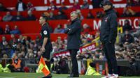 Manajer Manchester United Ole Gunnar Solskjaer (tengah) dan manajer Liverpool Jurgen Klopp (kanan) berdiri di pinggir lapangan pada pertandingan Liga Inggris di Old Trafford, Manchester, Inggris, Minggu (24/10/2021). Liverpool menang 5-0. (AP Photo/Rui Vieira)