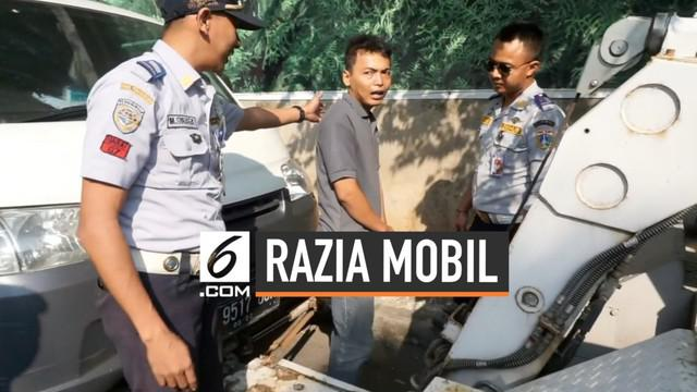 Seorang pengendara mobil meminta mobilnya agar tak diderek hingga sujud di depan petugas. Namun, tak menghiraukan dan tetap melakukan tugasnya.