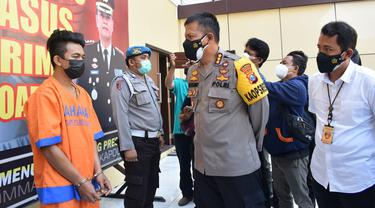 Polisi ringkus bapak aniaya anak di Sidoarjo. (Dian Kurniawan/Liputan6.com)