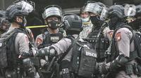 Tim Gegana berkoordinasi saat hendak meledakkan barang bukti milik terduga teroris di Condet, Jakarta, Senin (29/3/2021). Barbuk antara lain 5 bom aktif dan jenis bom sumbu yang siap digunakan, 5 toples bahan peledak serta bom seberat 1,5 kg yang siap digunakan. (merdeka.com/Iqbal S Nugroho)
