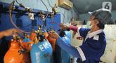 Pekerja mengisi ulang tabung oksigen medis di agen isi ulang oksigen di Cipondoh, Kota Tangerang, Kamis (24/6/2021). Permintaan tabung oksigen kebutuhan medis rumahan dan rumah sakit mengalami peningkatan hingga 100 persen sejak lonjakan kasus COVID-19 di Kota Tangerang. (Liputan6.com/Angga Yuniar)