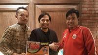 Komisaris PT Hasnur Group, Hasnuryadi Sulaiman, berfoto bareng dengan pengurus  komunitas pencinta sepak bola wanita, Kaukus Anak Gawang (KAG) di Jakarta, Rabu (25/10/2017) malam. (Istimewa)