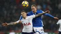 Bek Tottenham Hotspur, Kieran Trippier berebut bola dengan pemain Rochdale, Matt Done pada laga ulangan (replay) babak 16 besar Piala FA di Satdion Wembley, Kamis (1/3). Tottenham Hotspur maju ke perempat final usai menang telak 6-1. (Adrian DENNIS/AFP)